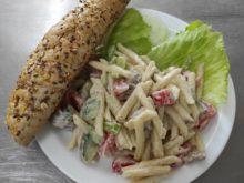 obedy - Testovinovy-salat-s-krutim-masem-a-sojovou-bagetou